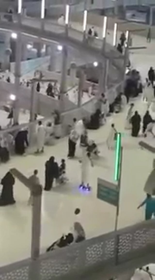 Hajji Does Tawwaf Around Kabah on HOVERBOARD